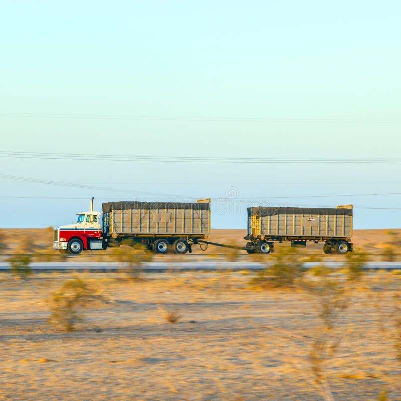 Перевезите на грузовиках на шоссе 8 в восходе солнца стоковая фотография rf