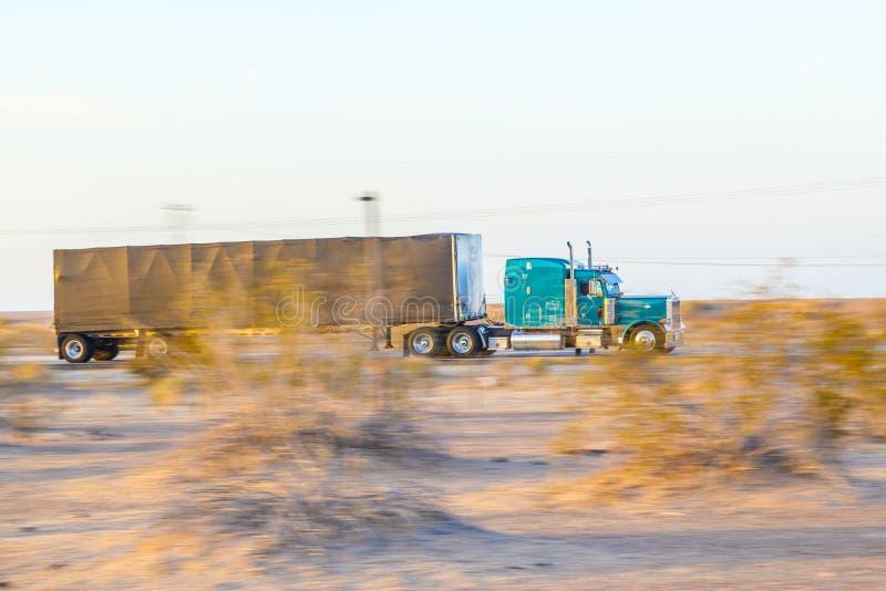 Перевезите на грузовиках на шоссе 8 в восходе солнца стоковое изображение rf