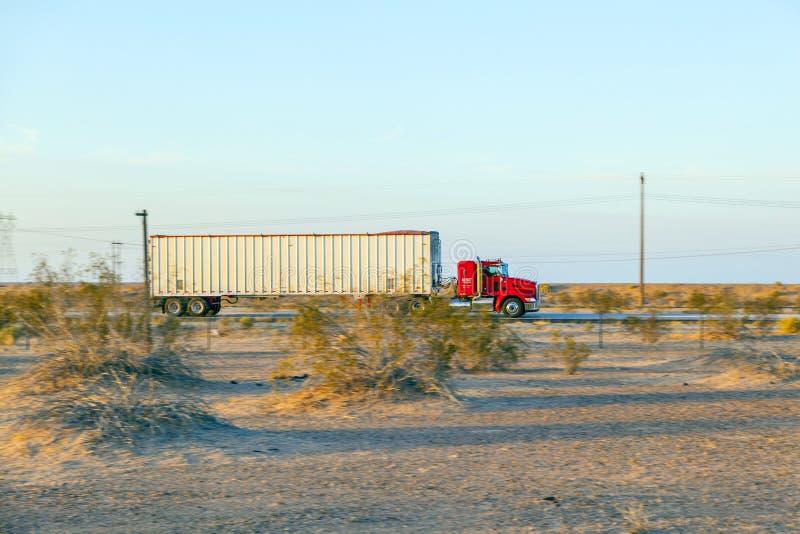 Перевезите на грузовиках на шоссе 8 в восходе солнца стоковые изображения
