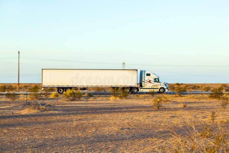 Перевезите на грузовиках на шоссе 8 в восходе солнца стоковое фото rf
