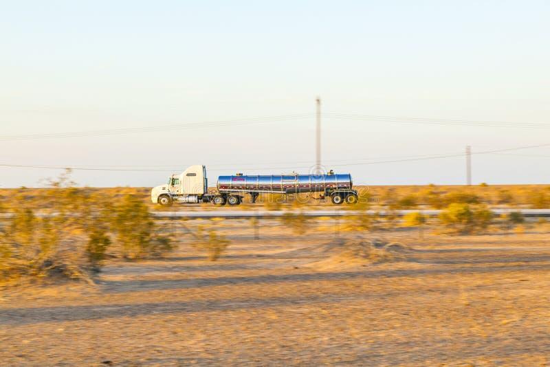 Перевезите на грузовиках на шоссе 8 в восходе солнца стоковая фотография