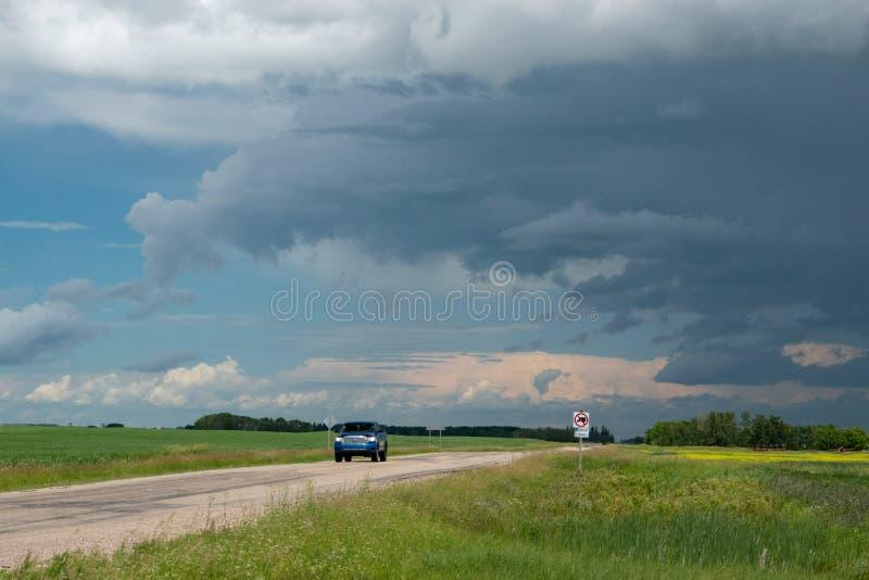 Перевезите причаливать на грузовиках с маяча облаками шторма, Саскачеван, Canad стоковые изображения rf