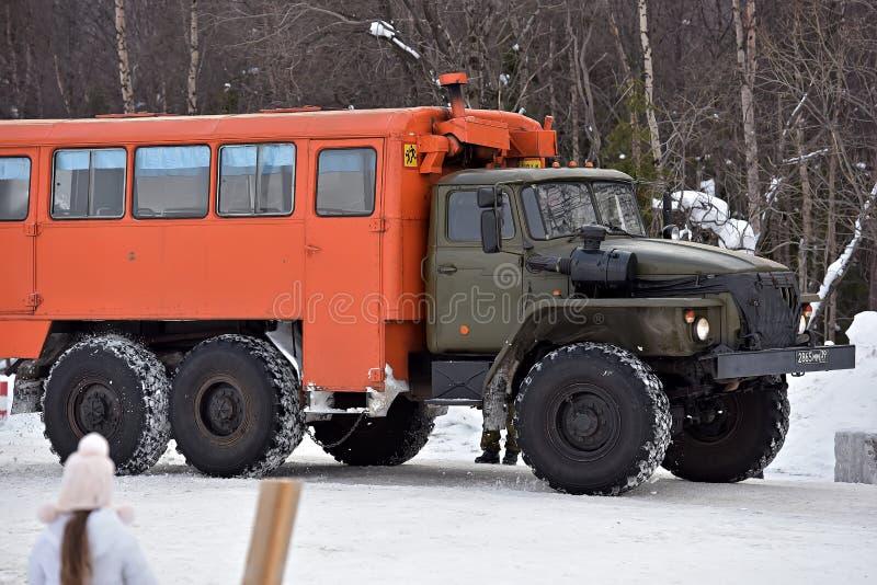 Перевезите Ural на грузовиках 4320 на междугородном скоростном шоссе во время стоковое изображение
