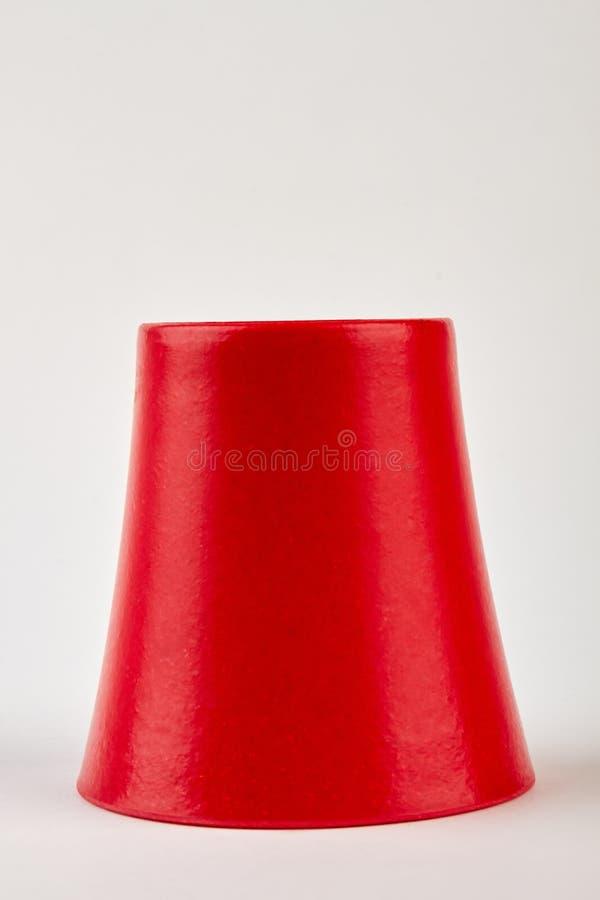 Перевернутый красный изолированный цветочный горшок стоковые изображения rf