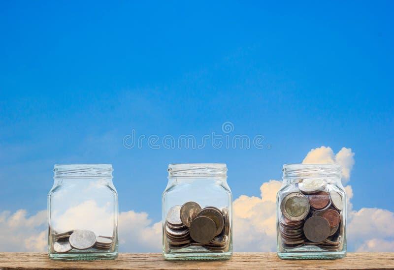 перевод принципиальной схемы 3d изолированный облечением Растущий шаг монеток 3 в ясное стеклянное bott стоковое фото rf