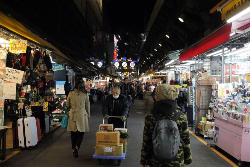Перевод: Торговая улица Ameyoko Переулки вокруг имеют foo стоковое фото