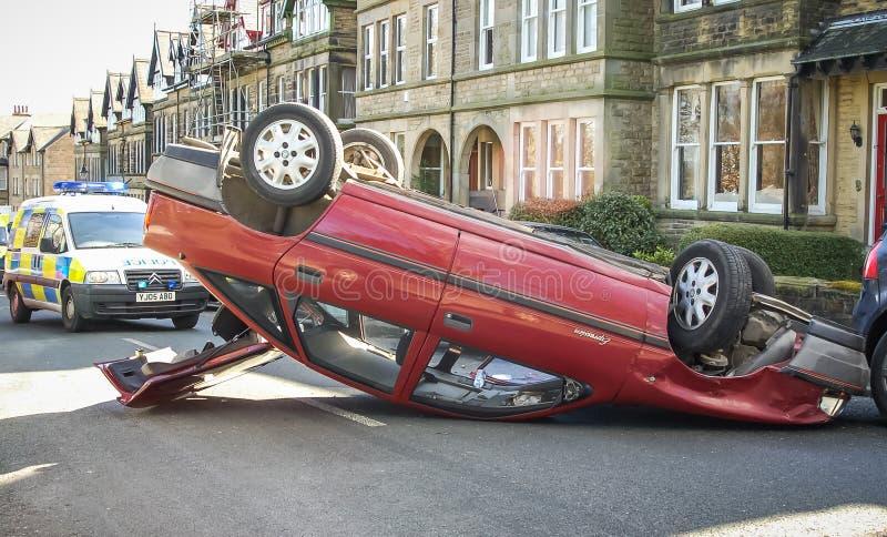Переворачиванная автокатастрофа в улице стоковое фото rf