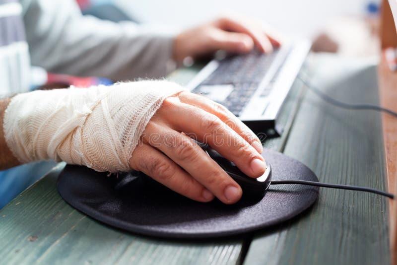 Перевязанная рука на мыши стоковое изображение rf