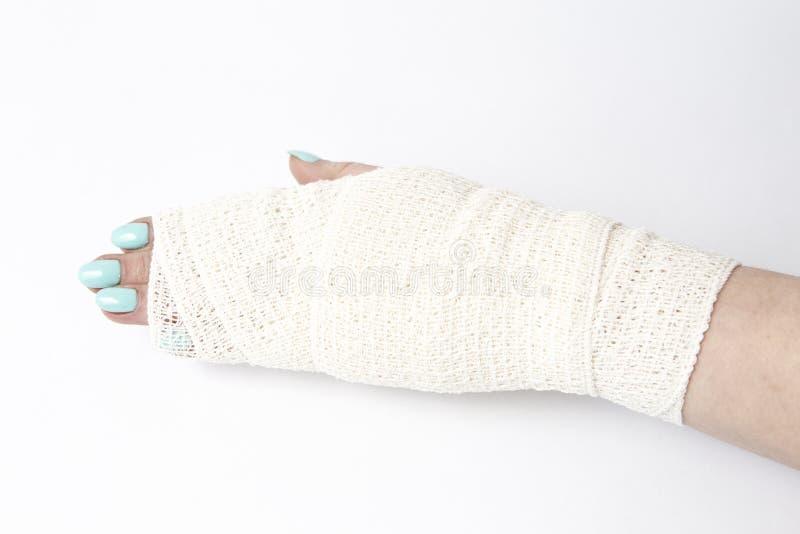 перевязанная человеческая рука на белой предпосылке стоковое фото rf