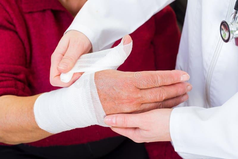 Перевязывать большого пальца руки стоковое фото rf