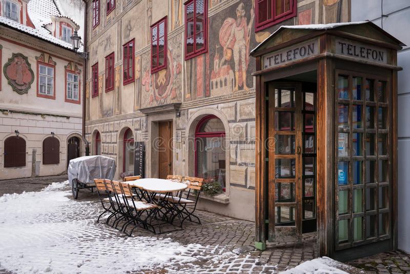 Переговорная будка на улице в городке Krumlov стоковые изображения