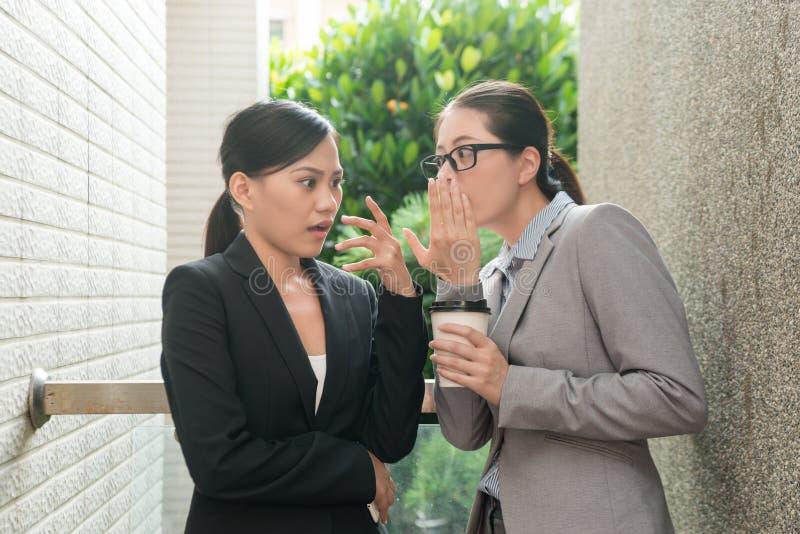 Переговор женщин о слухах офиса стоковая фотография rf