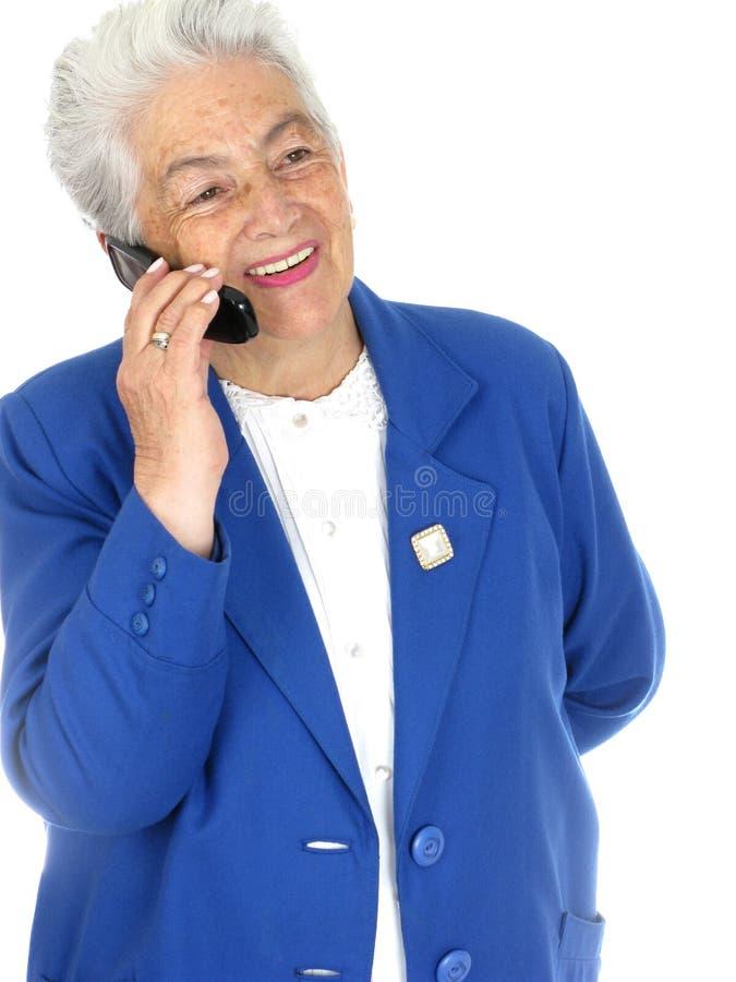 переговор клетки наслаждаясь женщиной старшия телефона стоковое изображение