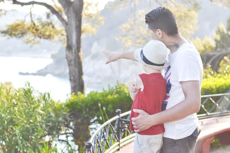 Переговор между сыном его отца, эмоциональные отношения в семье стоковая фотография
