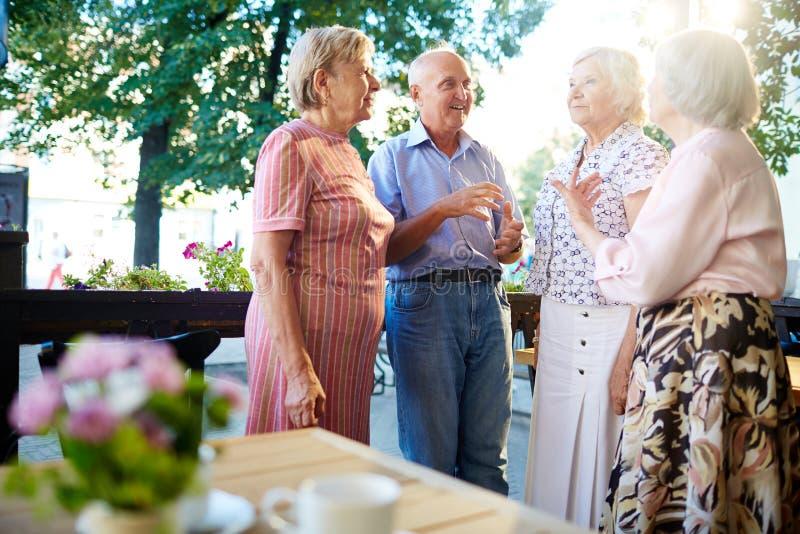 Переговор старших людей стоковые изображения rf