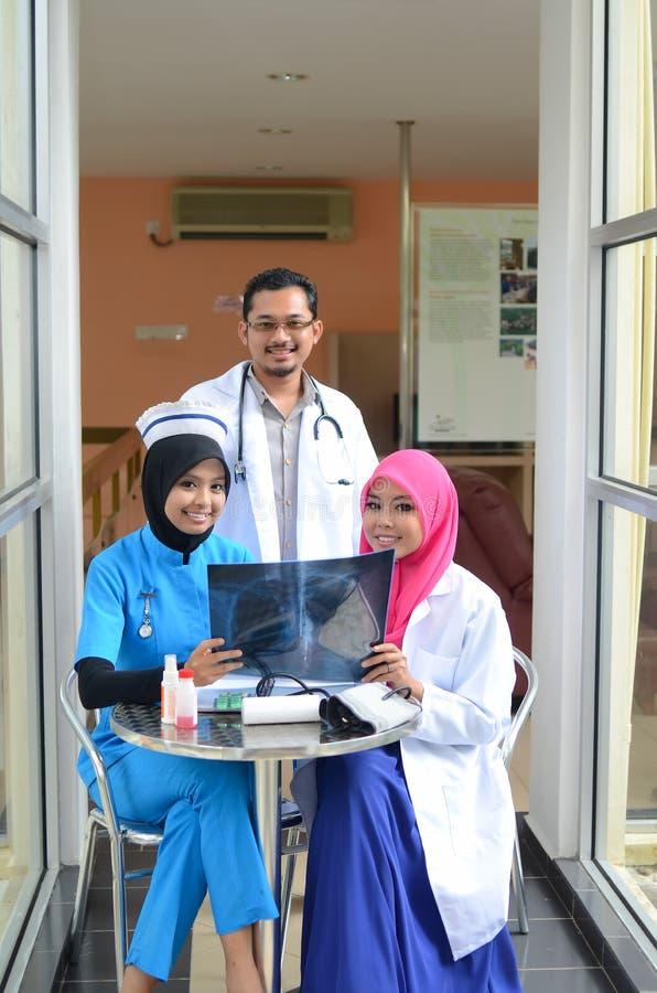 Переговор уверенно мусульманского доктора занятый на больнице стоковое фото rf