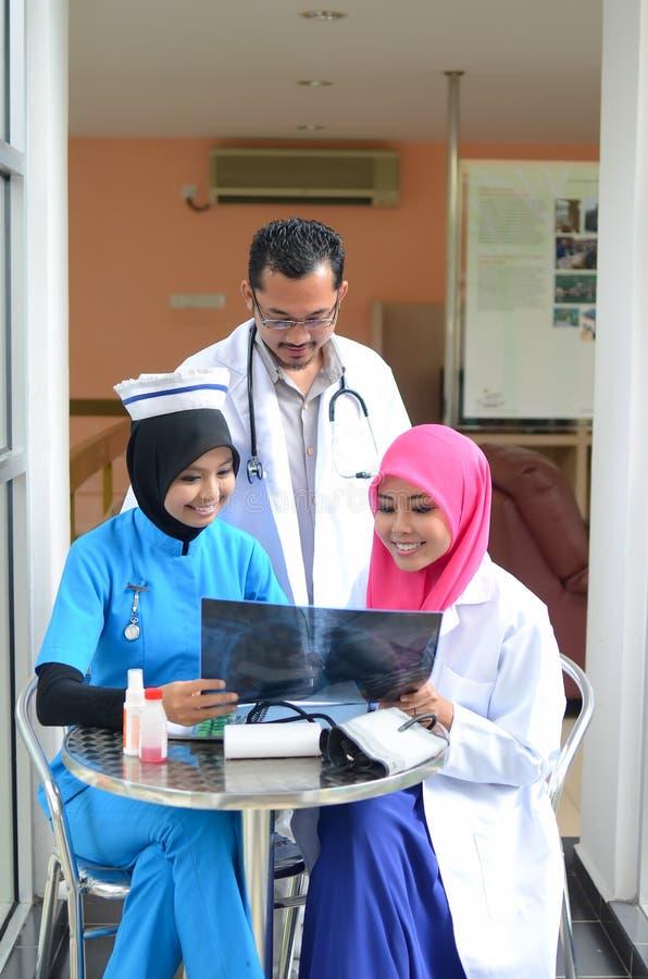 Переговор уверенно мусульманского доктора занятый на больнице стоковые фотографии rf