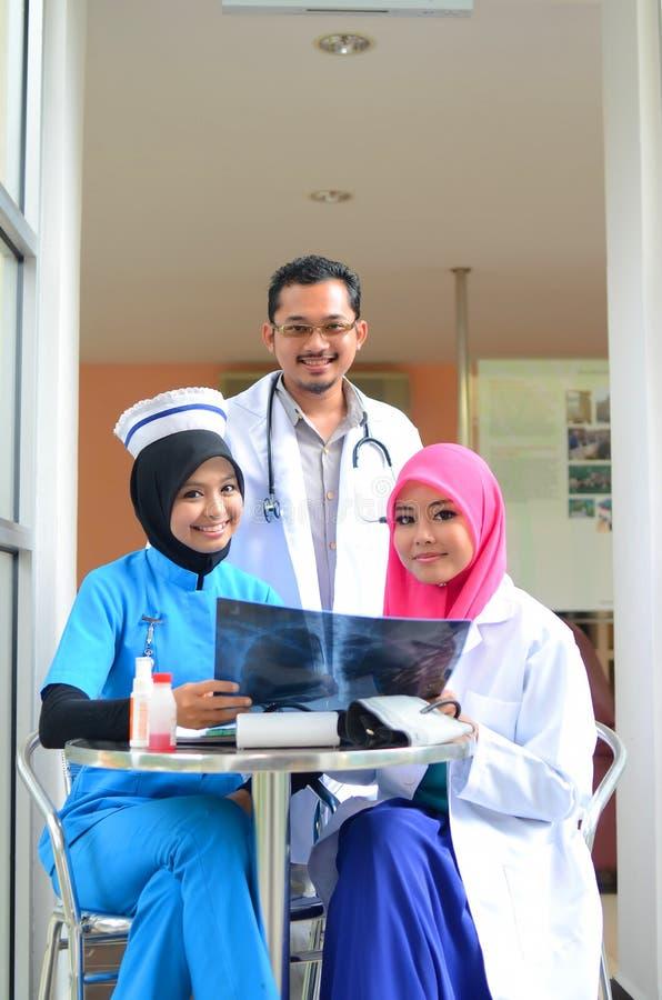 Переговор уверенно мусульманского доктора занятый на больнице стоковые изображения