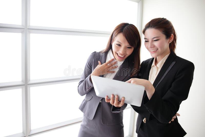 Переговор улыбки бизнес-леди стоковое фото