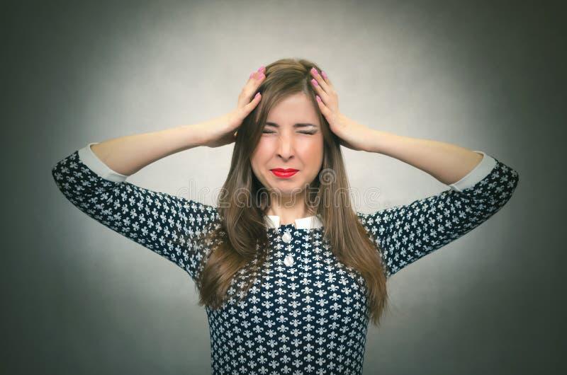 Перегружанная женщина в стрессе Концепция задолженностей стоковая фотография