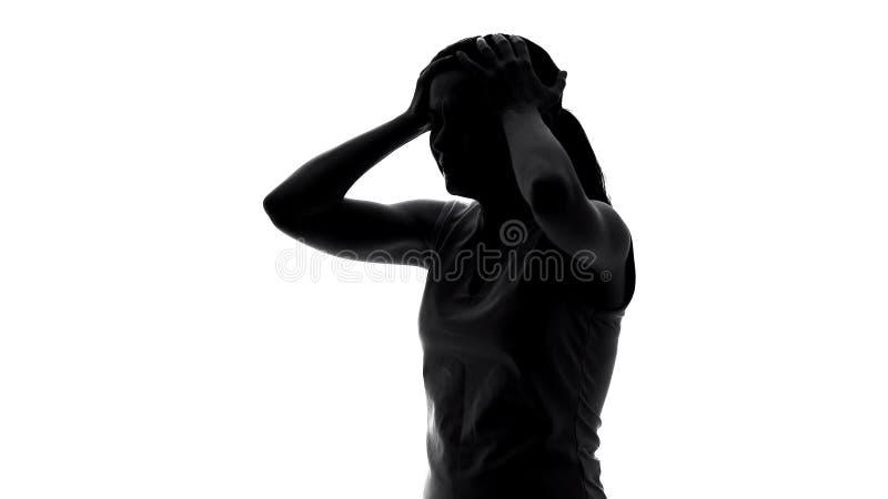 Перегружанное страдание женщины от мигрени, симптома предменструального синдрома стоковое изображение