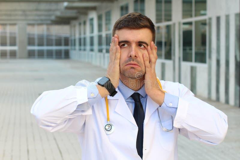 Перегружанный доктор смотря очень уставший стоковые изображения