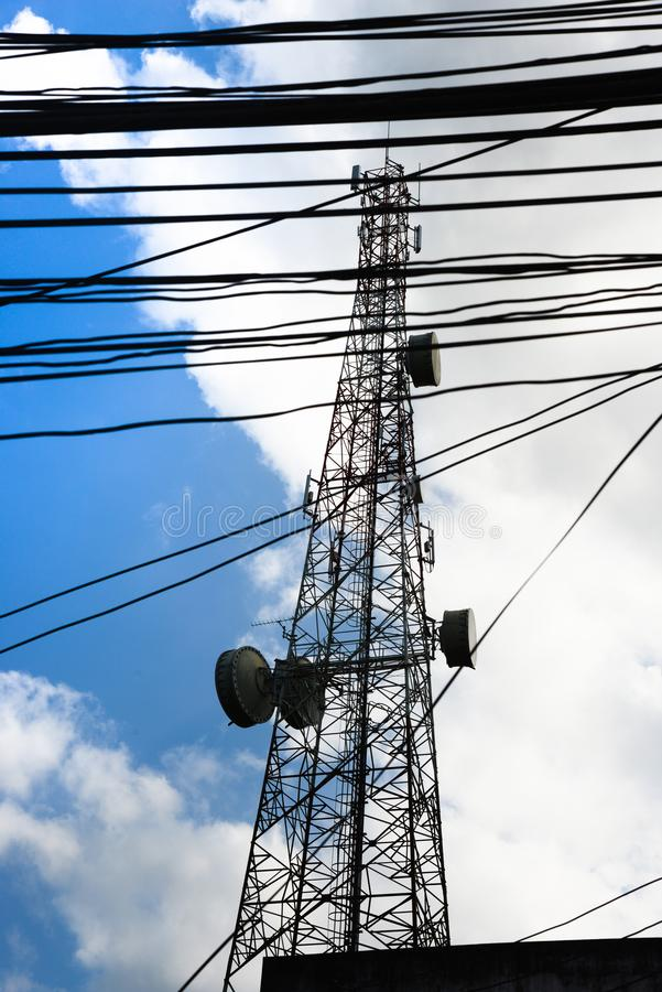 Передайте антенну и стойку проводки высокорослую к голубому небу _ стоковые изображения