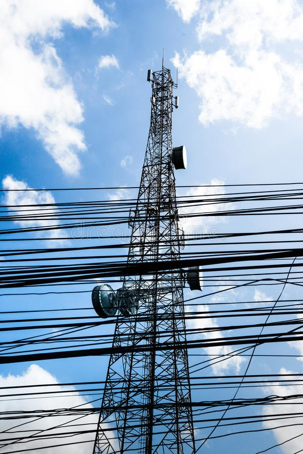 Передайте антенну и стойку проводки высокорослую к голубому небу Оборудование и кабель беспорядок вверх стоковое фото rf