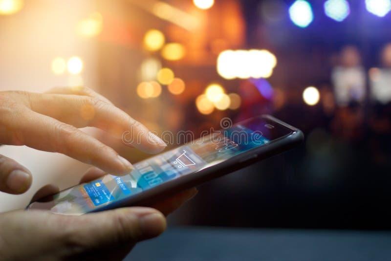 Передвижная оплата, человек используя передвижные онлайн покупки стоковое фото rf