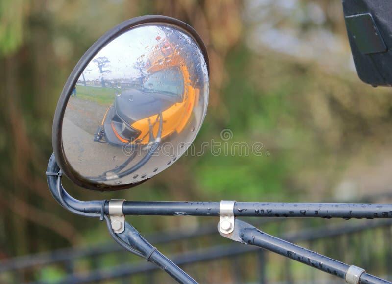 Переднее зеркало стороны школьного автобуса стоковая фотография rf