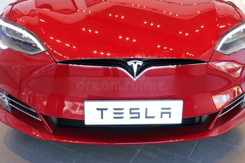 Передний клобук вставляемой модели s электрического автомобиля стоковые изображения rf