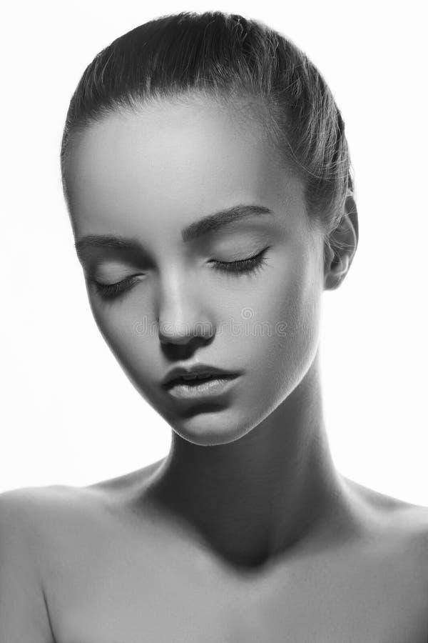 Передний портрет красивой стороны при красивые закрытые глаза - изолированные на белизне стоковая фотография