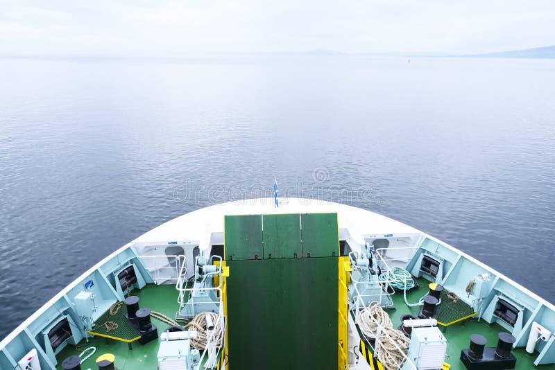 Передний смычок корабля парома смотря на пустой пустой горизонт в океане моря возглавляя к шотландскому острову стоковые изображения
