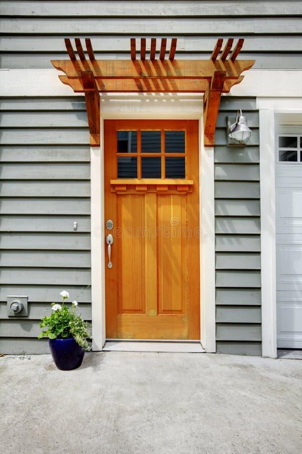 Передняя внешняя дверь дома городка стоковое изображение