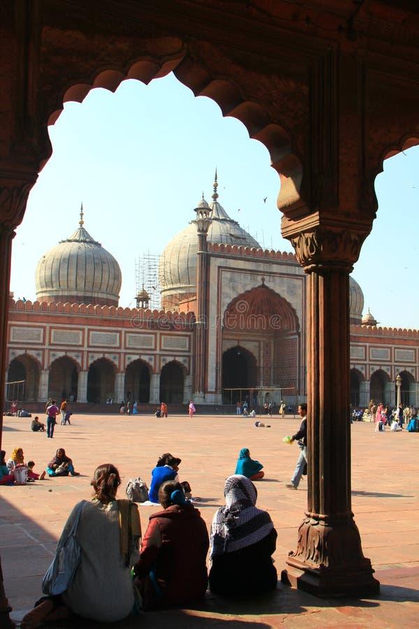 передняя мечеть masjid jama сидя 3 женщины стоковое фото rf