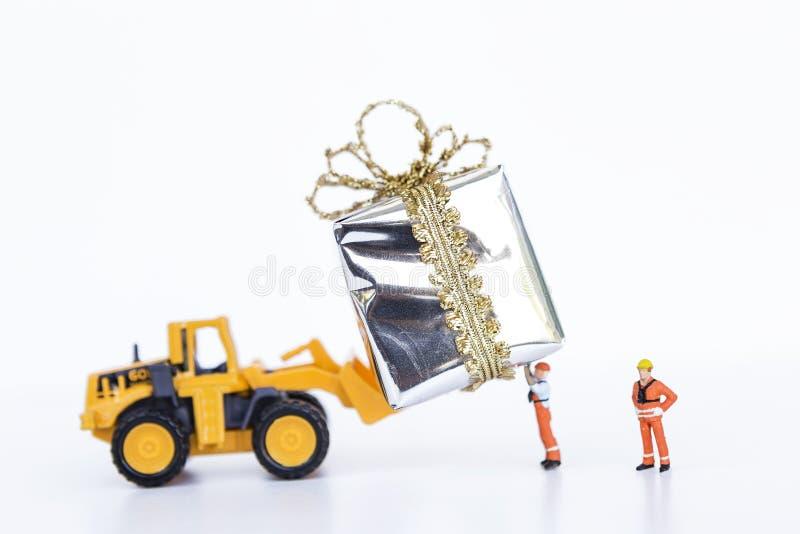 Передняя тележка затяжелителя и подарочная коробка миниатюрного работника moving серебряная стоковое фото