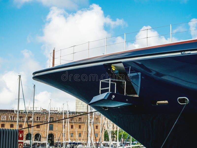 Передняя часть смычка роскошной яхты в порте яхты Барселоны стоковые фотографии rf