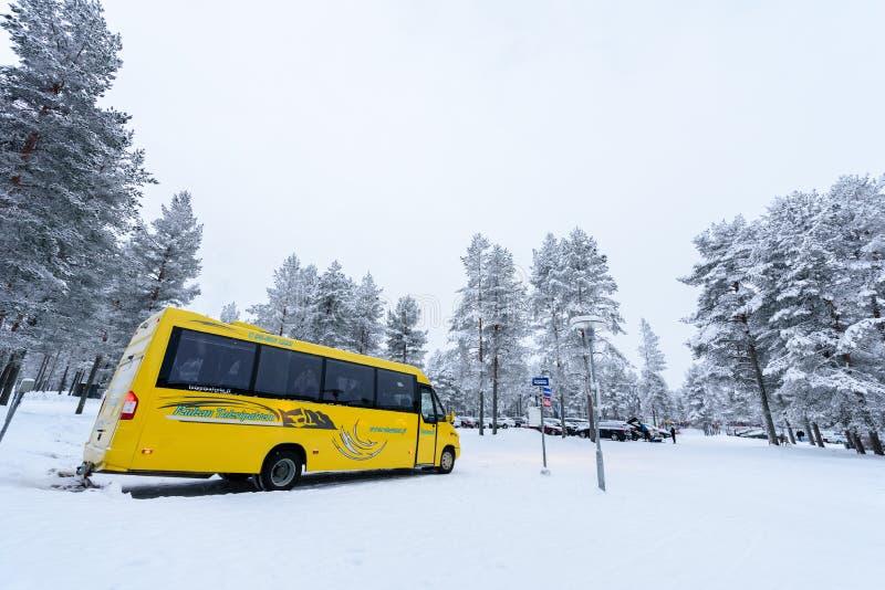 Передовица: Город Kuusamon, Финляндия, 27-ое декабря 2018 Автостоянка на клубе Kuusamon Tropiikki праздника с сильным снегопадом  стоковые фотографии rf