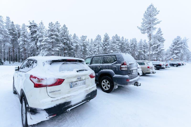 Передовица: Город Kuusamon, Финляндия, 27-ое декабря 2018 Автостоянка на клубе Kuusamon Tropiikki праздника с сильным снегопадом  стоковое фото