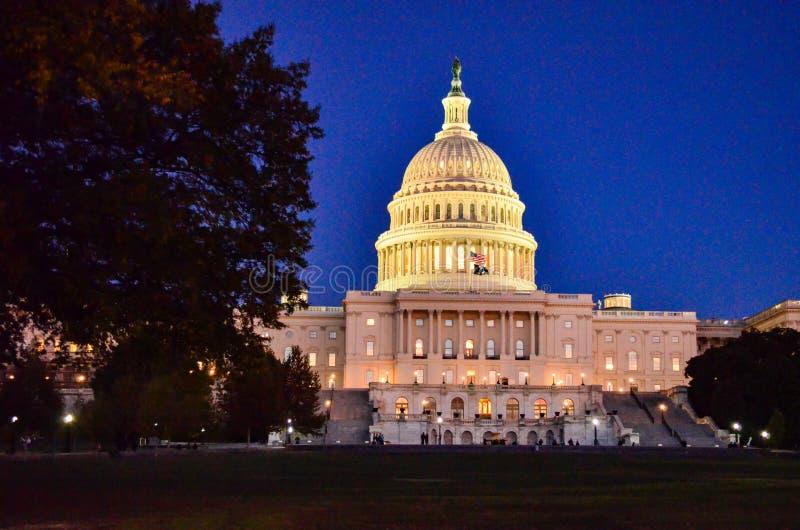 Передовица: DC Вашингтона, США - 10-ое ноября 2017 Здание капитолия Соединенных Штатов в DC Вашингтона вечером стоковое фото rf