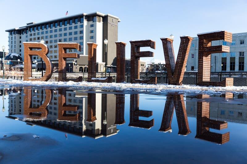ПЕРЕДОВИЦА: Reno, NV/США - 10-ое февраля 2019: ВЕРЬТЕ установке искусства знака от горя человека в городском Reno Неваде стоковые изображения rf