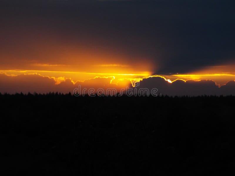 перед грозой, заход солнца, облака, дождь, небо стоковые фотографии rf