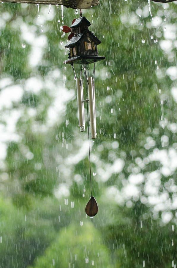 Перезвон ветра в дождливом дне стоковые изображения