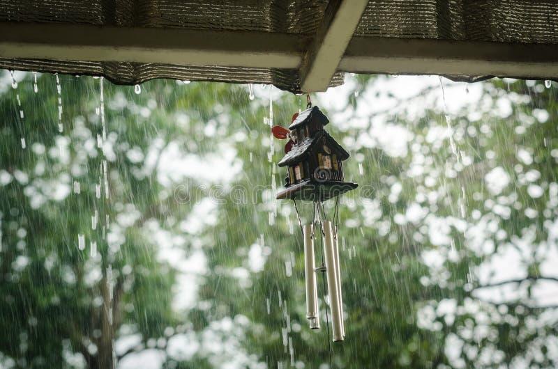 Перезвон ветра в дождливом дне стоковое изображение