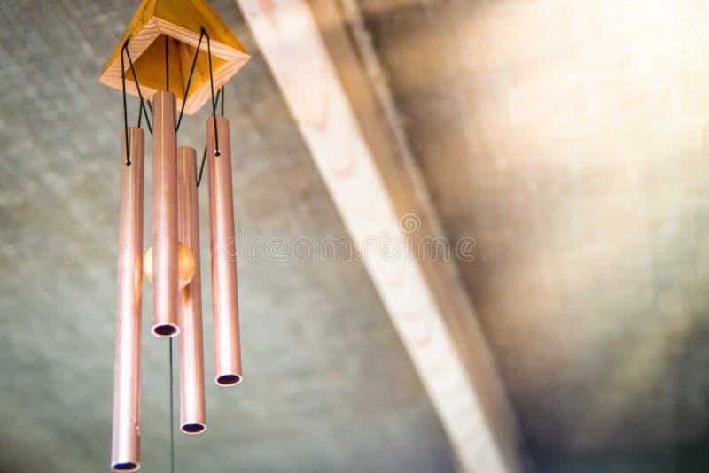 Перезвон ветра под крышей ресторана в Таиланде стоковая фотография