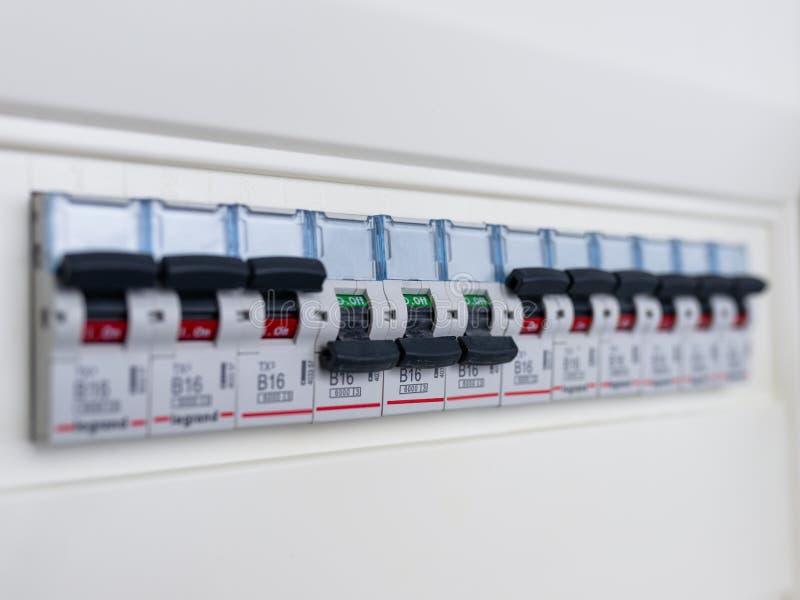 Переключатели в коробке электрического взрывателя Много черных автоматов защити цепи в ряд в положении ДАЛЬШЕ и переключателе 3 в стоковое фото