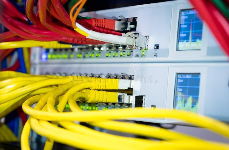 Переключатель сети сервера компьютера и кабель, эпицентр деятельности локальных сетей стоковая фотография rf