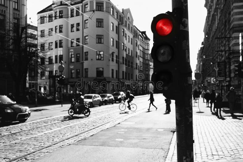 Перекрестки с светофорами красными в современном городе в spr стоковое фото rf
