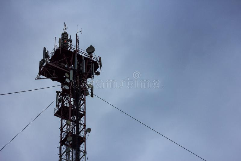 перекрестные линии электропередач в поле стоковая фотография rf