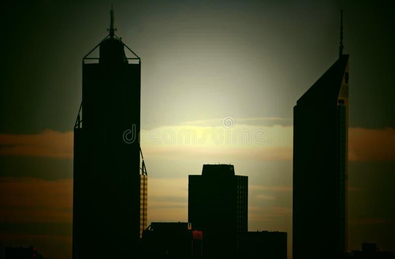 перекрестные обрабатываемые perth небоскребы силуэта стоковые изображения
